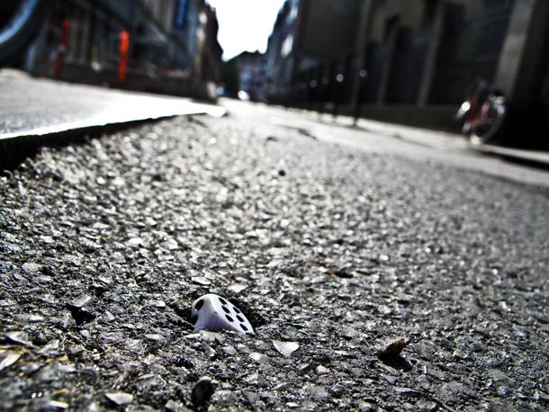 Terning i Krystalgades asfalt
